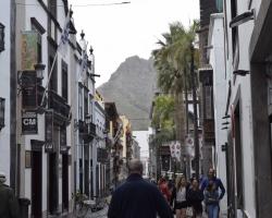 På den lilla huvudgatan i huvudstaden Santa Cruz de la Palma ser man ut mot verkligheten här på ön: bergen!