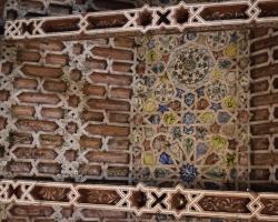 I den gamla kyrkan på vackra torget ser vi moriska inslag i tagmålningen
