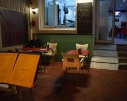 Vi går på en av de få restaurangerna som är öppna, sitter ute i den halvljumma luften.