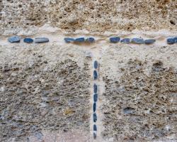 För oss som gillar tegel och annat byggmaterial blir närstudier viktiga. Titta hur man stoppat in mörka stenar i bruket.