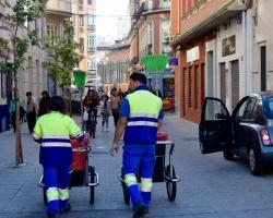 I ett land med hög arbetslöshet är det kanske bra att man har folk som sopar gatan. Kvinnfolk och manfolk.