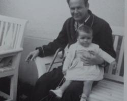 En liten kupp att lägga in foto här: Pappa och jag 1953. Titta på mitt raka ben! Se nästa bild!