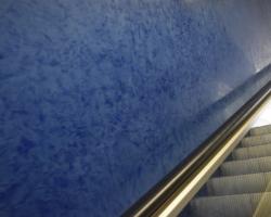 Yves Klein-blått i muséets trappa