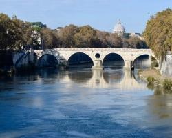 Bro över Tibern som rinner fint genom staden