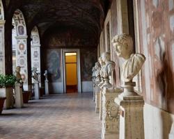 I det vackra barockpalatset trängs skulpturer från romartiden