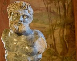 Vi besöker en av stadens fyra samlingsmuséer för konst. Inrymt i ett palats från 1500-talet ser vi dessa imponerande skulpturer från romartiden